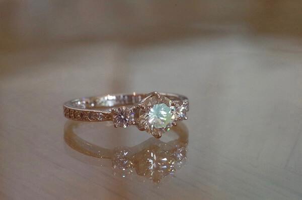 ダイヤで埋め尽くされた婚約指輪