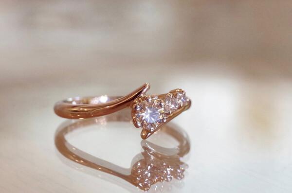 脇石をアシンメトリーに配置した婚約指輪