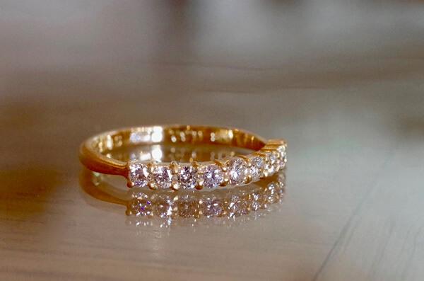 一文字のデザインの婚約指輪