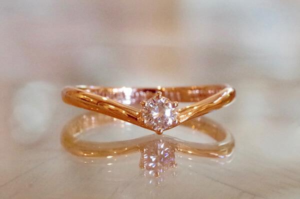 V字タイプの婚約指輪