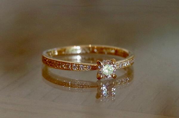 ミルグレインを施した4本爪の婚約指輪