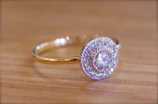 金属を2色使った取り巻きの婚約指輪