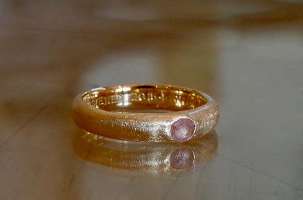 原石を埋め込んだ結婚指輪
