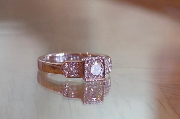 クラシカルな四角い石座の婚約指輪