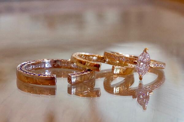 角で構成した結婚指輪と婚約指輪