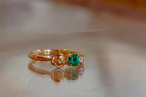 お花とエメラルドの婚約指輪
