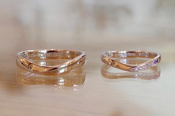 斜めのラインを削り出したV字の結婚指輪