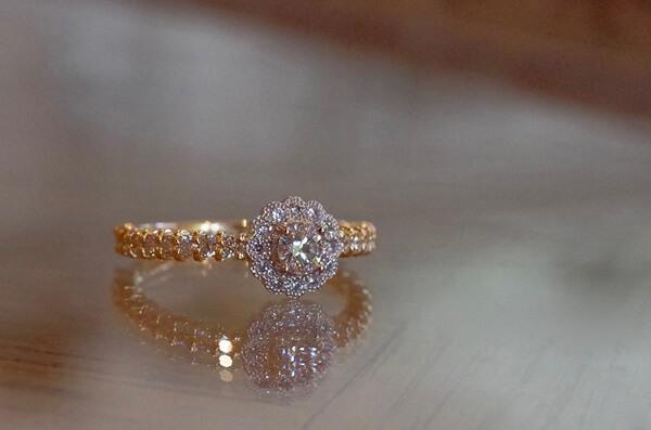 ダイヤをちりばめたコンビの婚約指輪