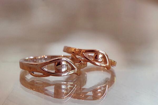 ホルスの目をモチーフにした結婚指輪