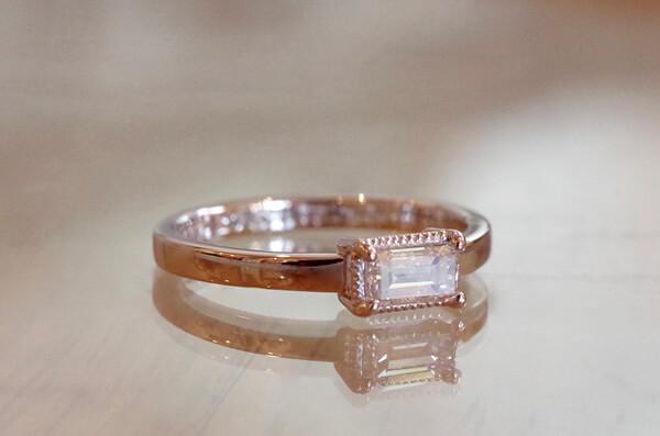 バゲットカットダイヤを使用した婚約指輪