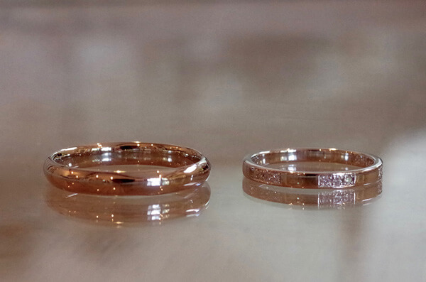 ストライプ調に彫り留めした結婚指輪