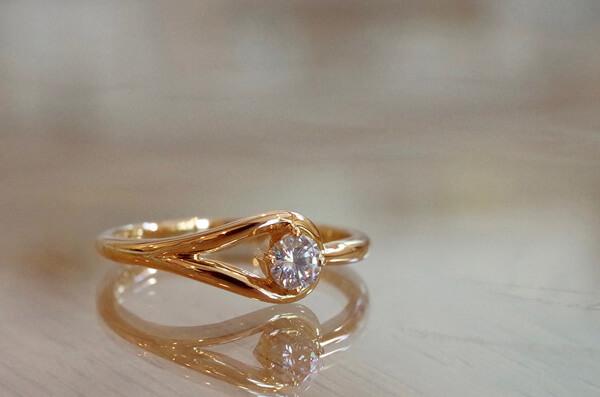アシンメトリーなアームの婚約指輪