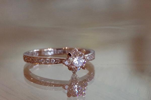 メレダイヤで飾った4本爪の婚約指輪