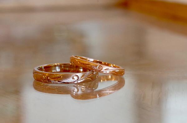 植物の蔓を彫り入れた結婚指輪