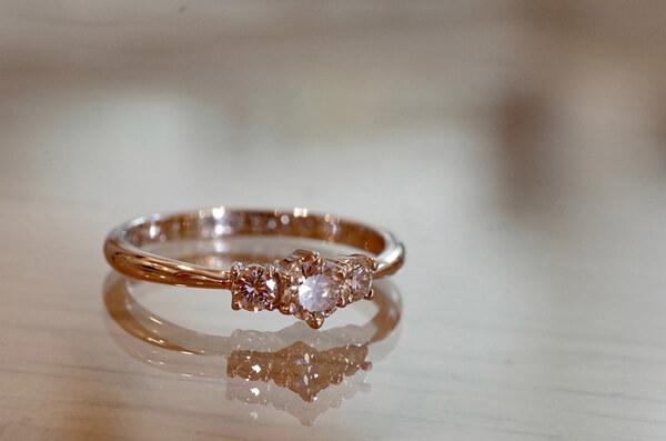 タイムレスな脇石タイプの婚約指輪