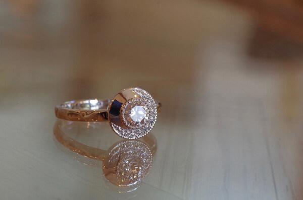 一風変わった取り巻きの婚約指輪