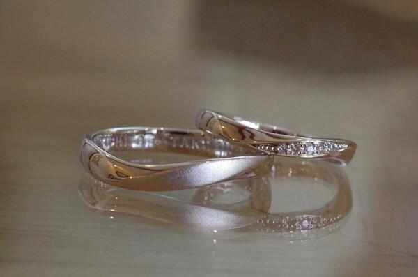S字のカーブと捻りの入った結婚指輪