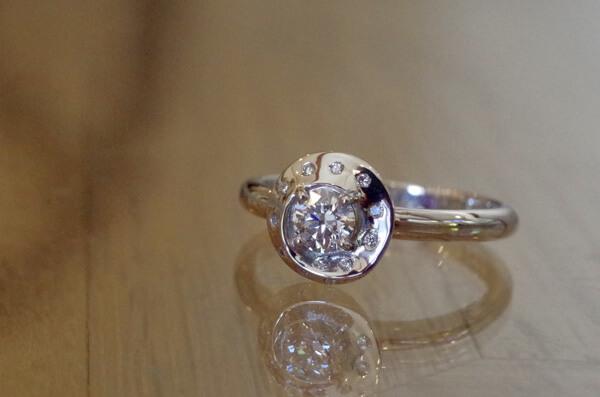 アンビリックトーラスモチーフの婚約指輪