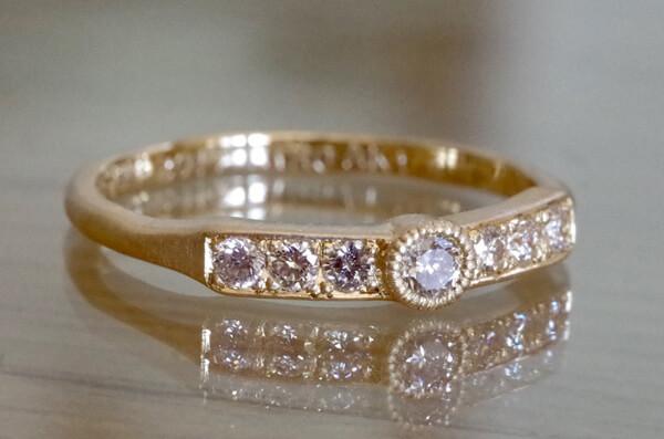 一文字に中石を配置した結婚指輪
