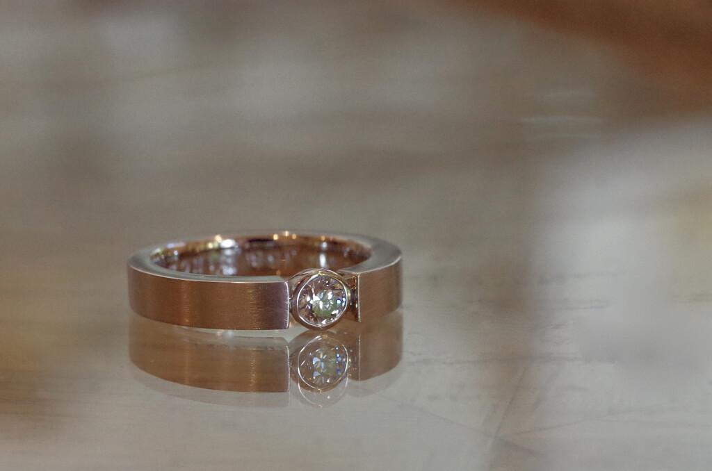 平打ちで挟んだ覆輪留めの婚約指輪