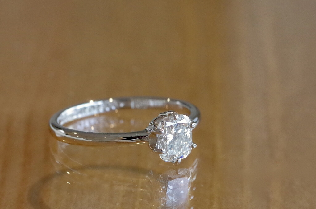 クッションカットダイヤの婚約指輪