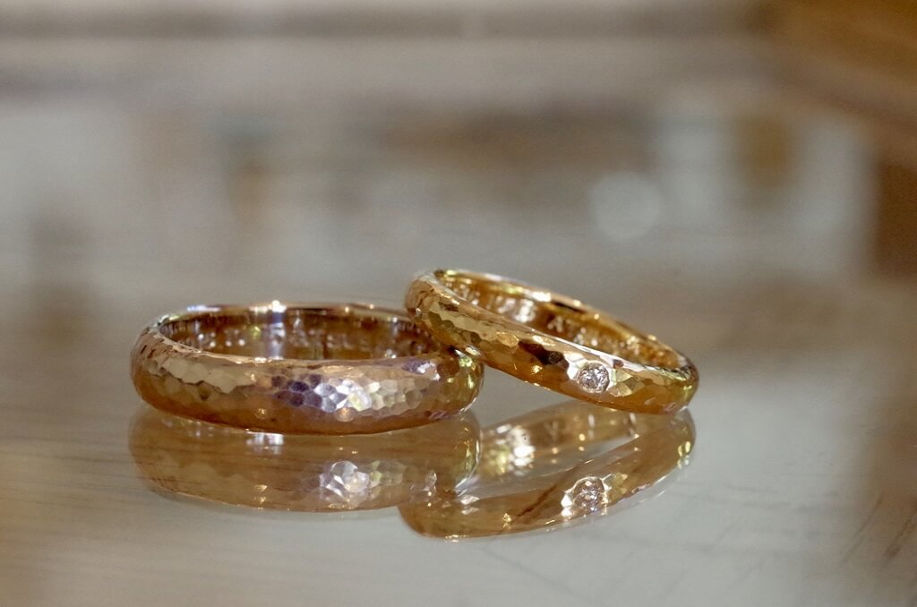 細かい槌目の結婚指輪