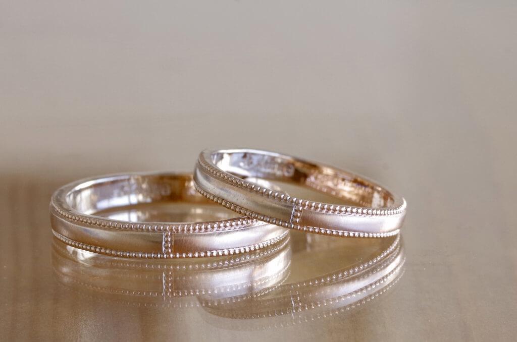 ミルグレインで彩ったコンビの結婚指輪