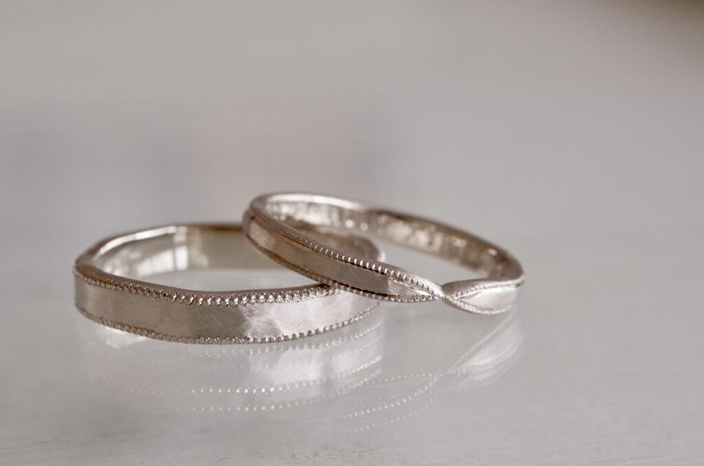 槌目とミルグレインを入れた結婚指輪