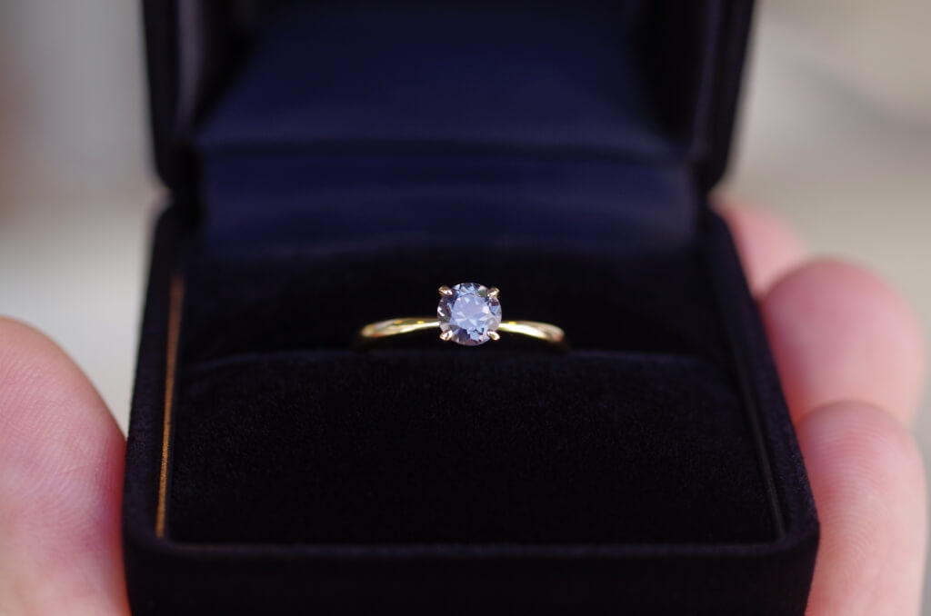 カラーチェンジガーネットの婚約指輪