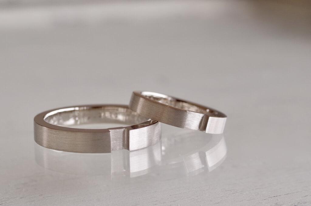 平打ちが重なる結婚指輪