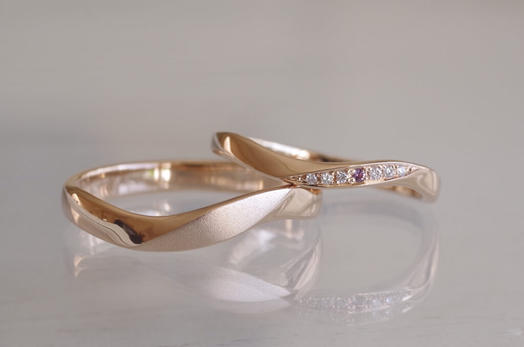 S字に曲げた捻りの結婚指輪