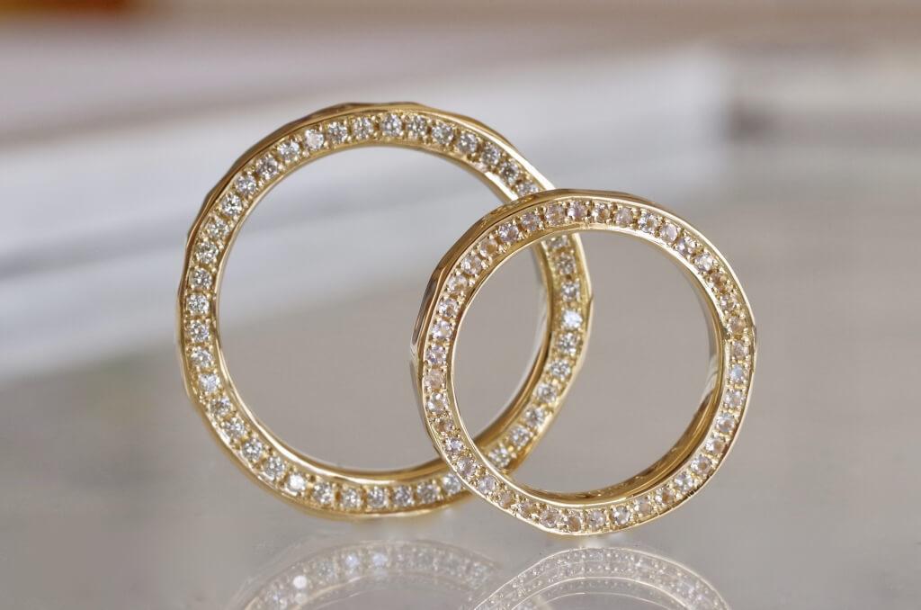 両側面フルエタニティの結婚指輪