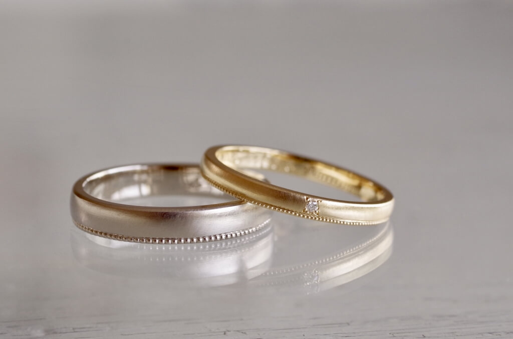 片側のみミルグレインを施した結婚指輪