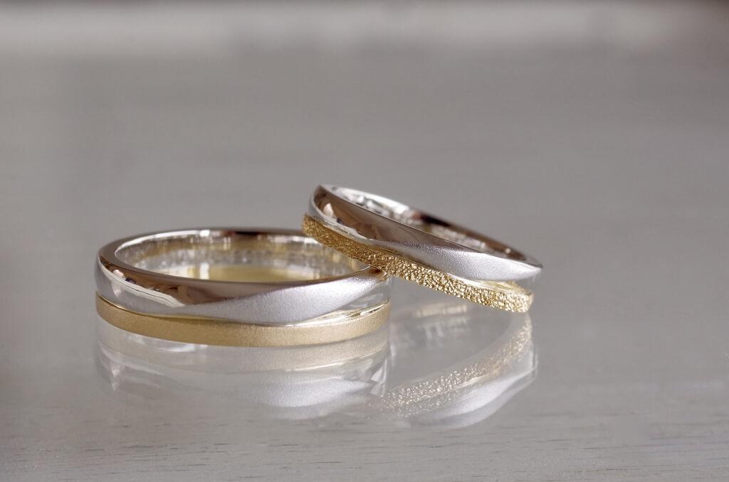 表情の違う2本を組み合わせた結婚指輪