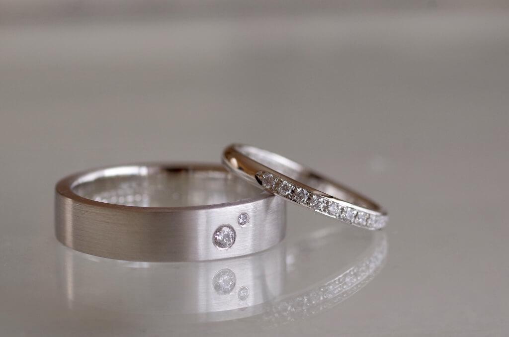 お揃いの彫りを入れた結婚指輪