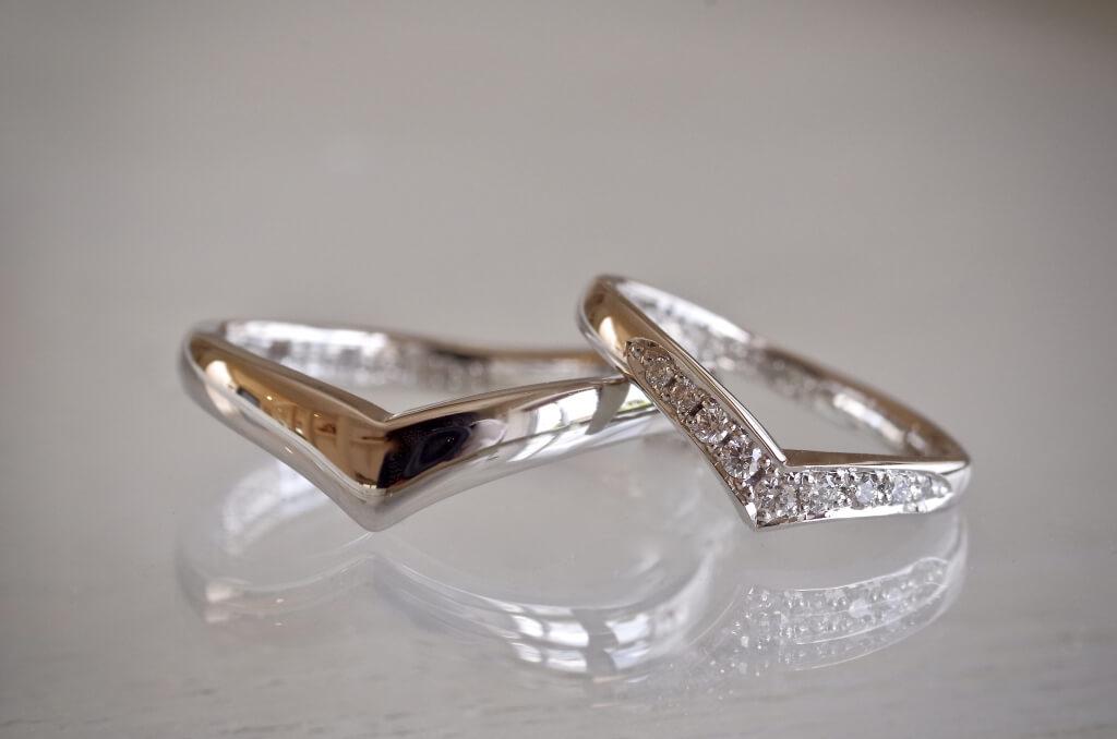 V字の結婚指輪