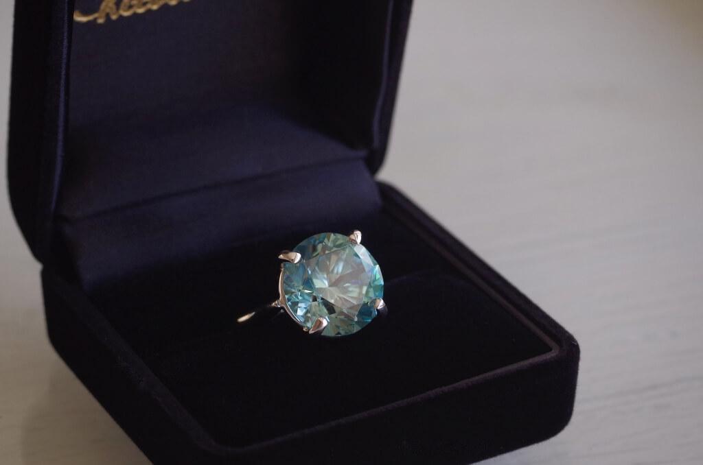 受け継がれたブルージルコンの婚約指輪