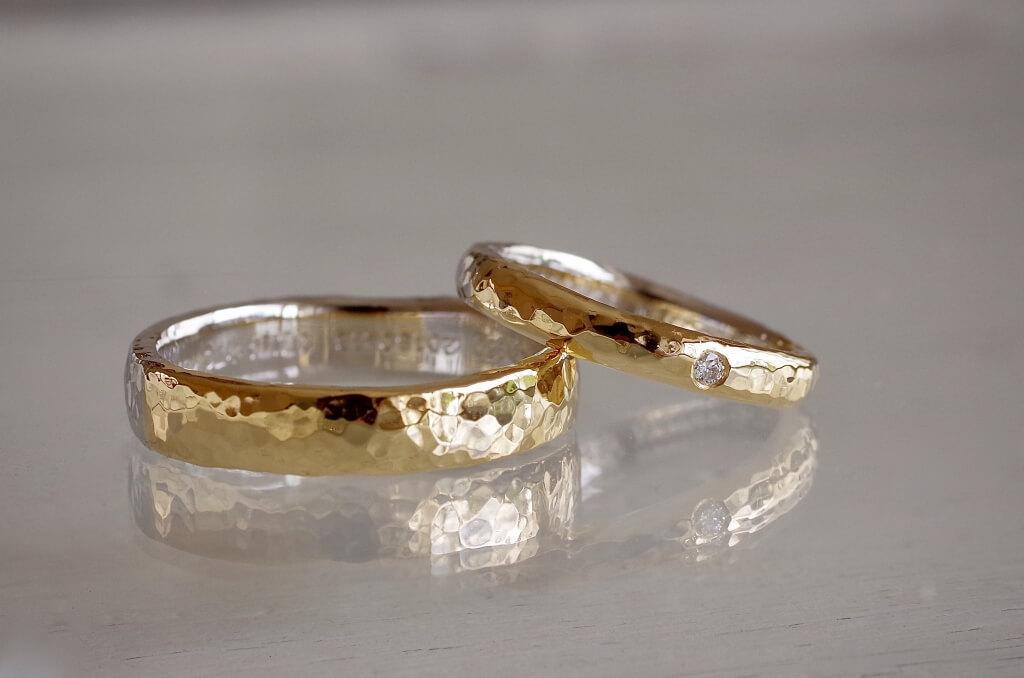 細かい槌目のコンビの結婚指輪