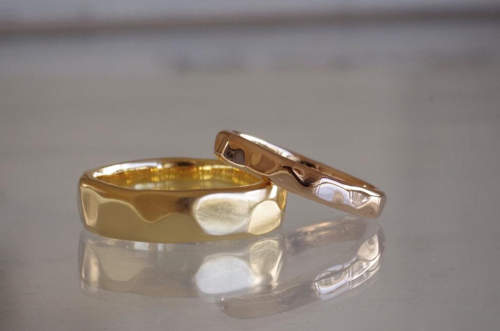 大きめの槌目の結婚指輪