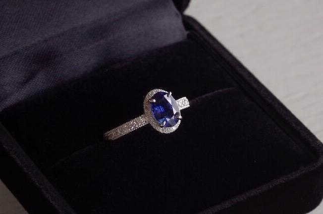 ブルーサファイアの取り巻きの婚約指輪