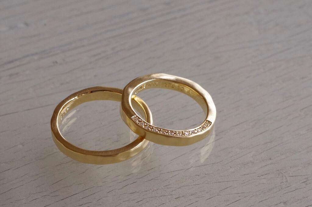 側面に彫り留めした鎚目の結婚指輪