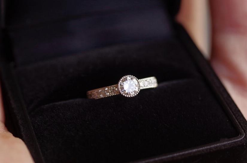 ミルを入れたフルエタニティの婚約指輪
