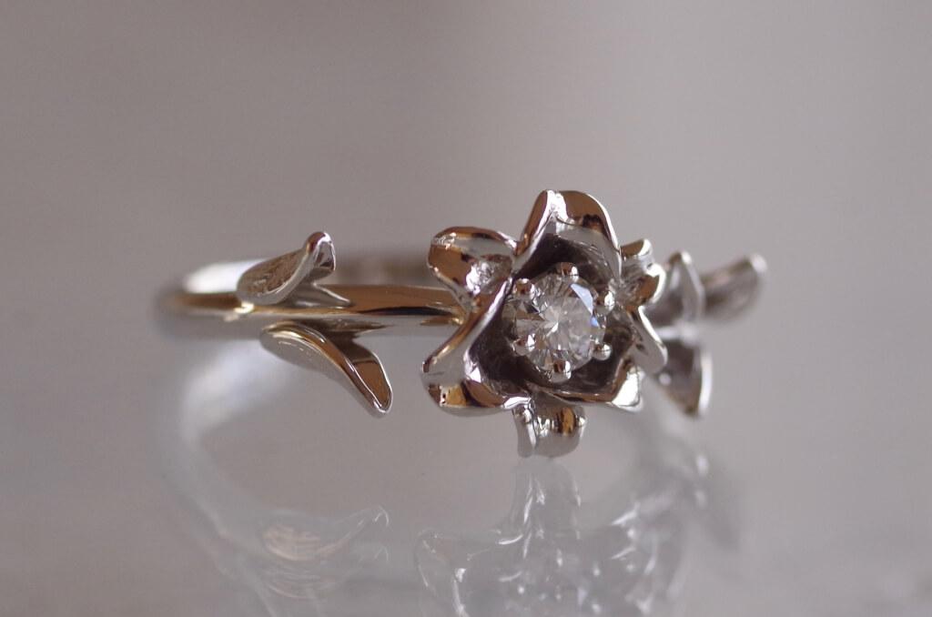 ユリの花の婚約指輪