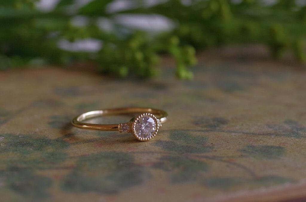 ミル留めの細身の婚約指輪