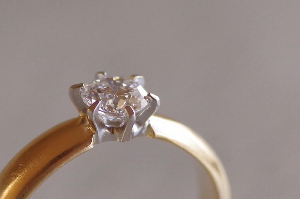 リングを平行にカットしたソリテールの婚約指輪