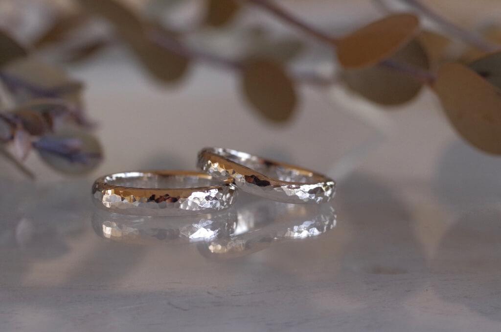 細かい槌目を入れた甲丸の結婚指輪