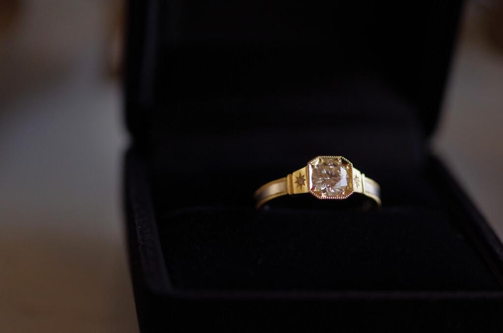 8角形の石座のコンビの婚約指輪