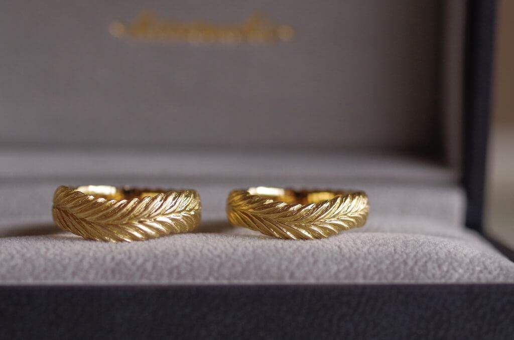 月桂樹のV字の結婚指輪