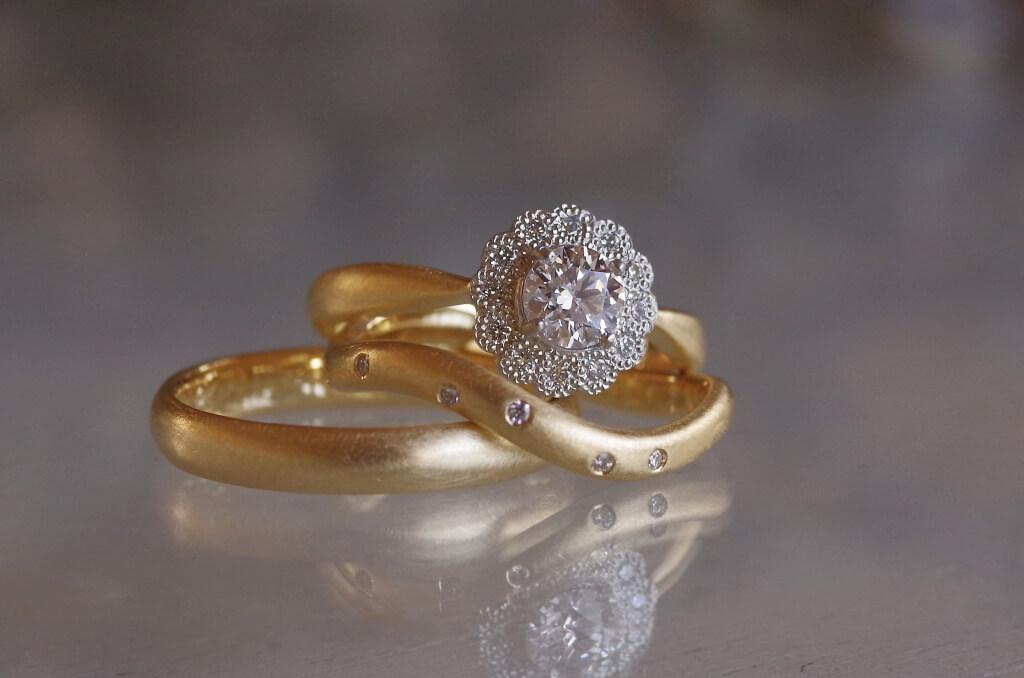 クラシカルな取り巻きの婚約指輪