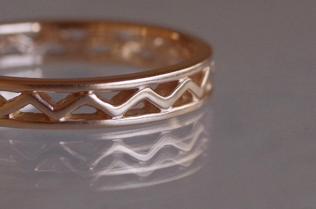 ジグザグの透かしの婚約指輪
